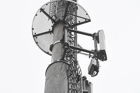 Mobilfunkantennen den Mobilfunkstandard 5G sind an einem Mobilfunkmast angebracht. Foto: Stefan Sauer/dpa-Zentralbild/dpa