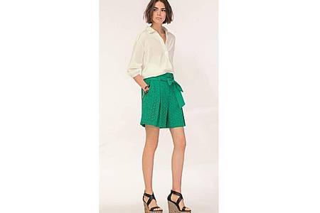 Die Farben der Natur liegen in der Frauenmode im Trend - Marc Cain zum Beispiel setzt auf grüne Shorts (Bluse ca. 200 Euro, Shorts ca. 230 Euro). Foto: Marc Cain/dpa-tmn