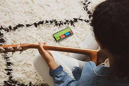 Virtuelles Griffbrett auf dem Smartphone: Yousician hört zu und erkennt Fehler. Foto: Yousician/dpa-tmn