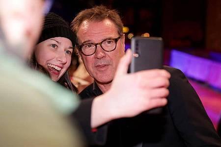 Selfie mit einem Fan? Für Sebastian Koch offenbar kein Problem. Foto: Christoph Soeder/dpa
