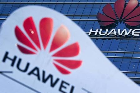 Huawei steht seit Mai 2019 auf einer schwarzen Liste der Regierung Trump. Foto: Andy Wong/AP/dpa