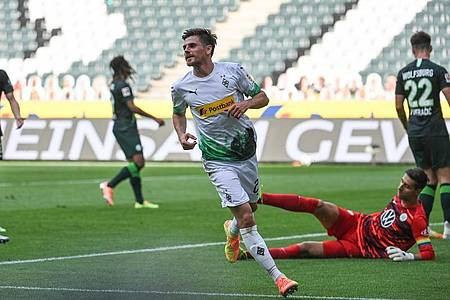 Jonas Hofmann (M) war der Matchwinner beim Gladbacher Heimsieg gegen Wolfsburg. Foto: Federico Gambarini/dpa-Pool/dpa