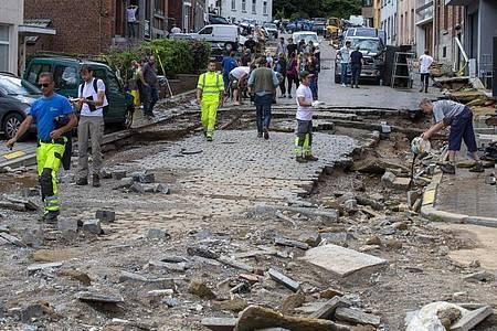 Trümmer liegen auf der zerstörte Straße Rue Andre Sodar in der Nähe eines Bahnübergangs im Stadtzentrum von Dinant. Foto: Nicolas Maeterlinck/BELGA/dpa