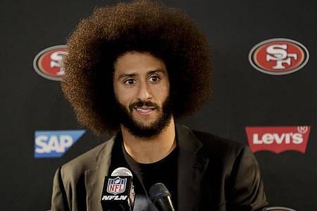 Der damalige 49ers-Quarterback Colin Kaepernick protestierte schon 2016 gegen Polizeigewalt und Rassismus. Foto: Rick Scuteri/AP/dpa