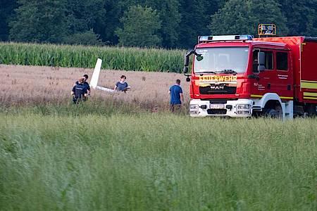 Einsatzkräfte arbeiten an der Absturzstelle von einem Kleinflugzeug. Foto: Stefan Puchner/dpa