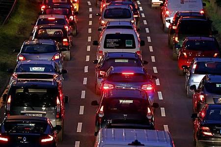 So wie hier in Köln vor einem Jahr sieht es nur noch selten im Berufsverkehr aus. In der Corona-Pandemie sinkt die Mobilität in Deutschland. Foto: Oliver Berg/dpa