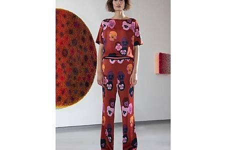 Zwischen Dancingqueen und Hippie-Look: Viele Elemente der 70er sind derzeit aktuell - etwa die Muster, die starken Farbe und auch die Schnitte. Hier ein Beispiel von IVI Collection (Oberteil ca. 170 Euro, Hose ca. 200 Euro). Foto: IVI Collection/dpa-tmn