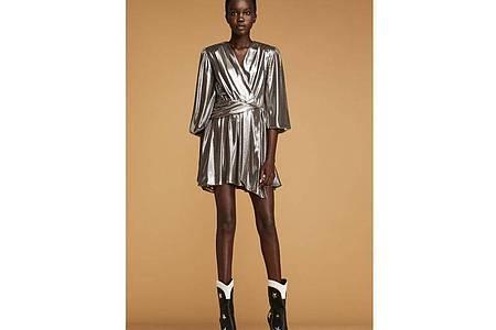 Die Discoqueen der 70er Jahre ist zurück: Metallische Outfits - wie hier bei Liu Jo zu sehen - liegen in diesem Sommer im Trend - ebenso wie die Cowboy-Stiefel (Kleid ca. 249 Euro). Foto: Liu Jo/dpa-tmn