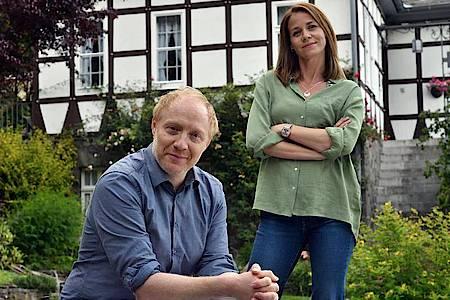 Simon Schwarz und Jessica Ginkel bei den Dreharbeiten. Foto: Hardy Spitz/ARD Degeto/dpa