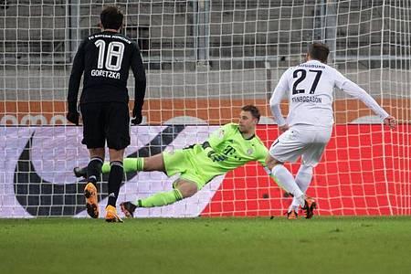Der Pfosten rettete Keeper Manuel Neuer (M) und dem FCBayern drei Punkte in Augsburg. Foto: Sven Hoppe/dpa