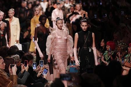 Model Kaia Gerber (r) präsentierte gemeinsam mit anderen Kreationen des Modelabels Fendi. Foto: Antonio Calanni/AP/dpa