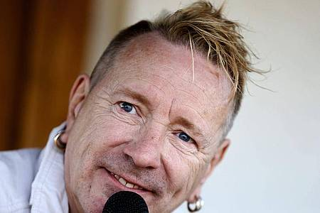Der ehemalige Sex-Pistols-Frontmann Johnny Rotten ist not amused. Foto: Juan Herrero/EFE/dpa