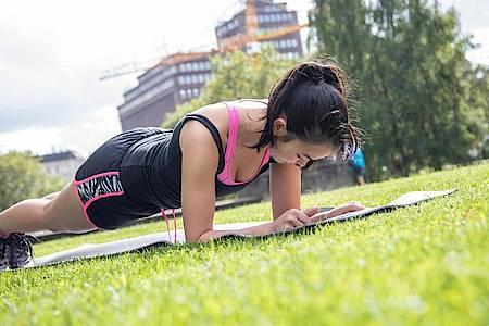Für Frauen kann ein Krafttraining in der zweiten Hälfte ihres Zyklus effektiver sein. Foto: Christin Klose/dpa-tmn