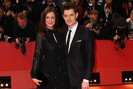 Alexandra Maria Lara und ihr Mann Sam Riley lächeln in die Kameras. Foto: Jörg Carstensen/dpa