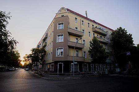 Der unter Quarantäne gestellte Wohnblock in Berlin-Neukölln. Foto: Christoph Soeder/dpa
