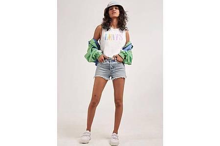 Weiterhin angesagt sind sehr kurze Hosen und Hotpants, hier eine Kombination von Levi`s (Hut ca. 30 Euro, Shorts ca. 55 Euro, Jacke ca. 90 Euro, Top ca. 25 Euro). Foto: Levi´s/dpa-tmn