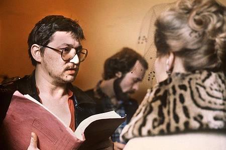 Dreharbeiten zu «Die Ehe der Maria Braun»: Rainer Werner Fassbinder gibt Hanna Schygulla Regieanweisungen. Foto: picture alliance / dpa