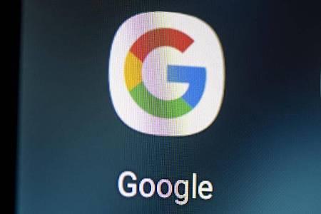 Auf dem Bildschirm eines Smartphones sieht man das Logo der App Google. Foto: Fabian Sommer/dpa