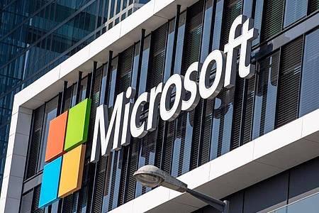 Das Logo von Microsoft hängt an der Fassade eines Bürogebäudes in der Parkstadt Schwabing, im Norden der bayerische Landeshauptstadt. Foto: Peter Kneffel/dpa