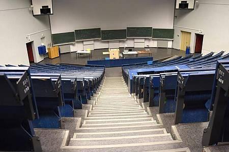 Leerer Hörsaal: Die Wissenschaftsminister befürchten, dass es zu einer «eingeschränkte(n) Studierbarkeit des Semesters in vielen Studiengängen» kommen könnte. Foto: Caroline Seidel/dpa