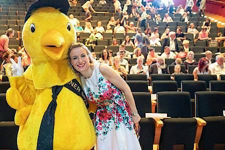 Nicola Jones, Leiterin des Kindermedienfestivals «Goldener Spatz», Arm in Arm mit dem Festival-Maskottchen. Foto: Michael Reichel/ZB/dpa