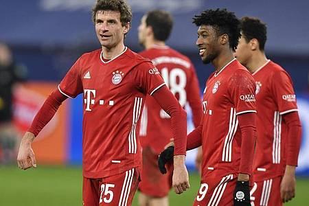 Breite Brust: Thomas Müller (l) und der FCBayern führen die Bundesliga-Tabelle mit sieben Punkten an. Foto: Martin Meissner/Pool AP/dpa