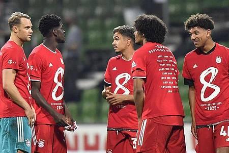 Die Spieler von Bayern München feiern die deutsche Meisterschaft. Foto: Martin Meissner/AP-Pool/dpa