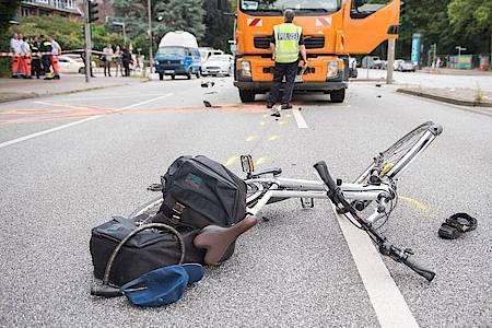 Ein Fahrrad liegt nach einem Verkehrsunfall auf der Straße. Foto: Daniel Bockwoldt/dpa