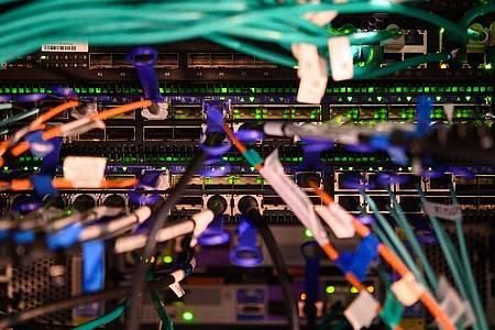 Die Rückseite eines Hochleistungscomputers. Foto: Sebastian Gollnow/dpa