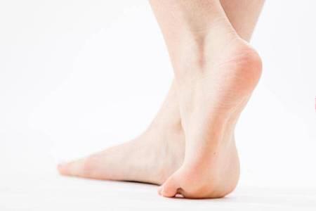 Füße sind das Fundament unserer Fortbewegung. Barfußlaufen hält sie gesund. Foto: Christin Klose/dpa-tmn