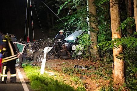 Das Autowrack wird nach dem schweren Unfall nahe Hofheim am Taunus geborgen. Foto: Michael Ehresmann/Wiesbaden112/dpa