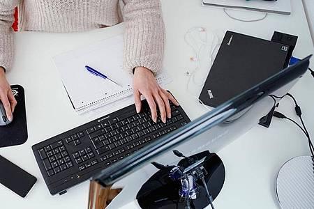 Viele Unternehmen geben an den Arbeitsrechnern einen Desktop-Hintergrund vor. Für gestresste Augen gibt es einen Notweg. Foto: Uwe Anspach/dpa
