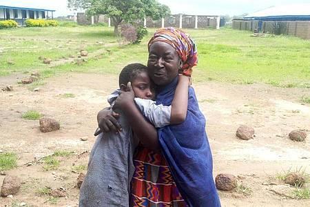 Eine Mutter umarmt ihr freigelassenes Kind im nigerianischen Damishi. Foto: -/AP/dpa