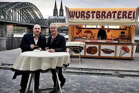 Nur einmal noch werden sich die «Tatort»-Kommissare Max Ballauf (r, Klaus J. Behrendt) und Freddy Schenk (l, Dietmar Bär) an der «Wurstbraterei» treffen. Und dann?. Foto: picture alliance / Oliver Berg/dpa
