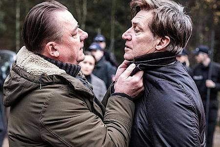 Der LKA-Ermittler Wallat (Peter Kurth, l) und Kindermörder Hagenow (Tobias Moretti) geraten an einander. Foto: Boris Laewen/ARD Degeto/dpa