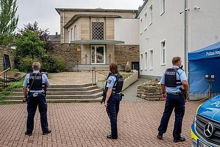 Bewaffnete Polizisten stehen vor der Synagoge in Hagen. Foto: Markus Klümper/Sauerlandreporter/dpa