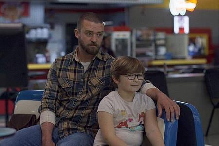 Eddie (Justin Timberlake)kümmert sich um den kleinen Sam (Ryder Allen), dessen Mutter verschwunden ist. Foto: Apple TV+/dpa