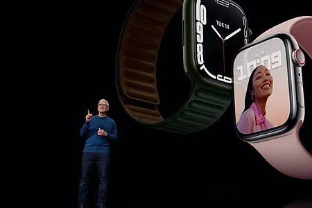 Apple-Chef Tim Cook zeigt die neue Apple Watch 7 - mit 20 Prozent mehr Displayfläche im Vergleich zum Vorgängermodell. Foto: Apple Inc./dpa-tmn