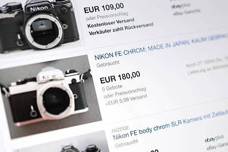 Auf Online-Marktplätzen finden sich viele Oldschool-Kameras. Verkäufer sollten aber auch Nachfragen zu den Geräten beantworten können. Foto: Catherine Waibel/dpa-tmn
