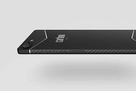 Schwarz und schlicht: Das 6,3 Millimeter dünne Gehäuse zeugt vom Design-Anspruch des Carbon 1 MK II. Foto: Carbon Mobile/dpa-tmn