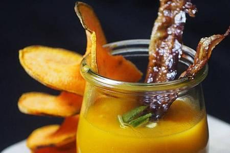 Die Süßkartoffelsuppe mit Limetten und Speck ist so vielseitig wie die orangefarbene Knolle selbst. Foto: Doreen Hassek/dekoreenberlin.blogspot.com/dpa-tmn