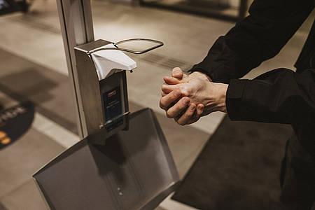 Frau desinfiziert sich die Hände