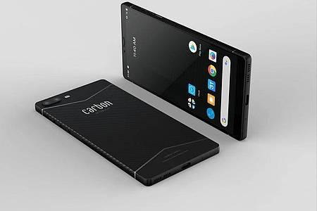 Federgewicht im hochfesten Gehäuse: Das Sechs-Zoll-Telefon Carbon 1 MK II wiegt nur 125 Gramm. Foto: Carbon Mobile/dpa-tmn