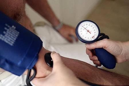 Die Landesregierung Baden-Württemberg will mit einem neuen Konzept mehr Medizinstudierende für den Arztberuf auf dem Land interessieren. Foto: picture alliance / dpa
