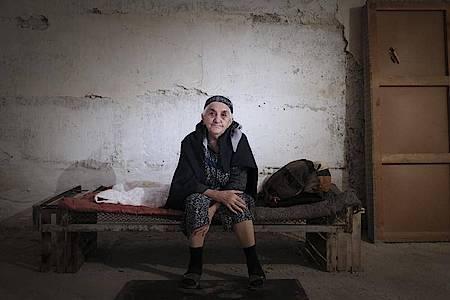 Eine ältere Frau aus Armenien muss in der Konfliktregion Berg-Karabach in einem Bombenbunker ausharren. Foto: Karo Sahakyan/ArmGov/PAN Photo/AP/dpa