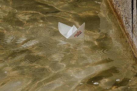 schiffchen schwimmt auf brunnen mit radio herford logo drauf