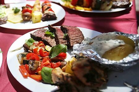 Steak mit Gemüse und Ofenkartoffel auf Teller angerichtet