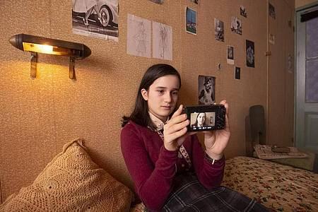 Luna Cruz Perez als Anne Frank in einer Szene aus dem Video-Tagebuch der Anne Frank (undatierte Filmszene). Foto: Ray Van Der Bas/Anne Frank Video-Tagebuch/Anne Frank Haus/dpa