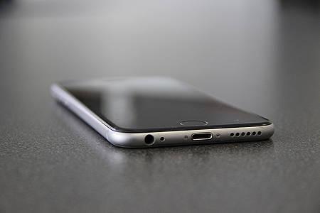 iPhone liegt auf einem Tisch