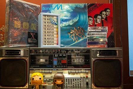 Immer noch gefragt: «Oceans of Fantasy» von Boney M. in einem Hanoier Plattenladen. Foto: Chris Humphrey/dpa